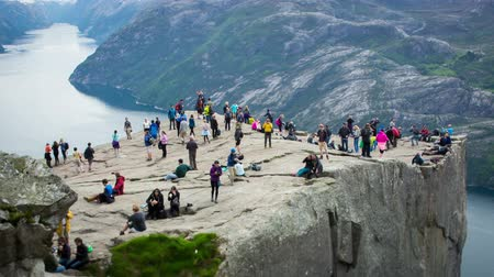 noruega : Preikestolen or Prekestolen, also known by the English translations of Preachers Pulpit or Pulpit Rock, is a famous tourist attraction in Forsand, Ryfylke, Norway