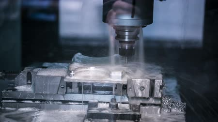 moagem : Metalworking CNC milling machine. Cutting metal modern processing technology. Vídeos