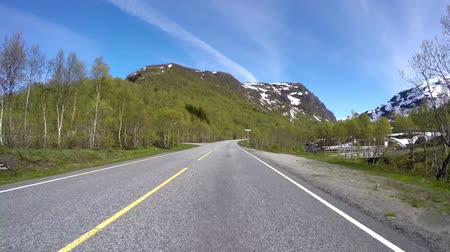 vista frontal : Driving a Car on a Road in Norway