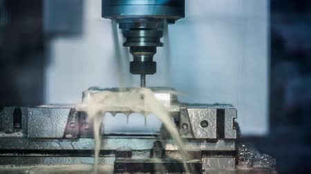 aeroespaço : Metalworking CNC milling machine. Cutting metal modern processing technology. Vídeos