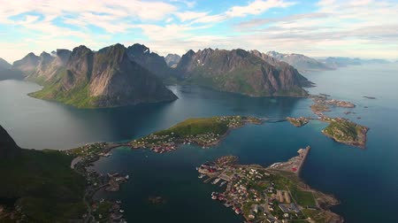 norueguês : Lofoten islands is an archipelago in the county of Nordland, Norway. Is known for a distinctive scenery with dramatic mountains and peaks, open sea and sheltered bays, beaches and untouched lands. Vídeos