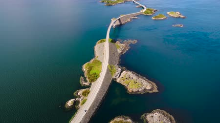 norueguês : Aerial view Atlantic Ocean Road or Atlantic Road (Atlanterhavsveien) was awarded the title as (Norwegian Construction of the Century). The road classified as a National Tourist Route.