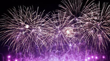 questão : Colorful fireworks exploding in the night sky. Celebrations and events in bright colors.