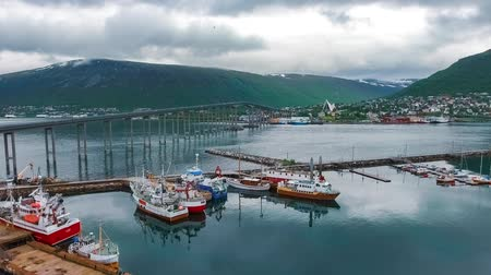 ártico : View of a marina in Tromso, North Norway. Tromso is considered the northernmost city in the world with a population above 50,000.