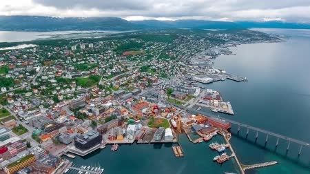 strukturální : View of a marina in Tromso, North Norway. Tromso is considered the northernmost city in the world with a population above 50,000.