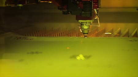 aeroespaço : CNC Laser cutting of metal in slow motion, modern industrial technology.