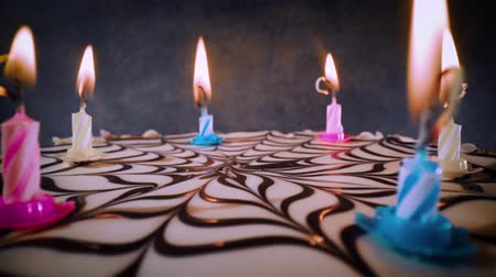 desejo : Blowing out candles on a birthday cake