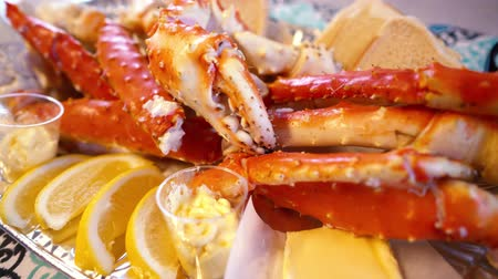 аляскинским : Red king crab legs with fresh lemon slices. Delicious seafood and luxury restaurant menu.