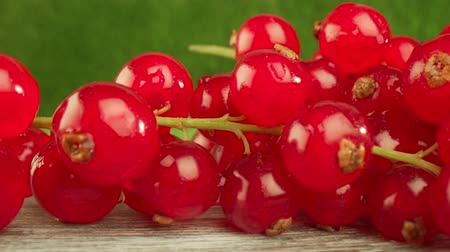 красная смородина : Super close macro of a redcurrants on a wooden table.