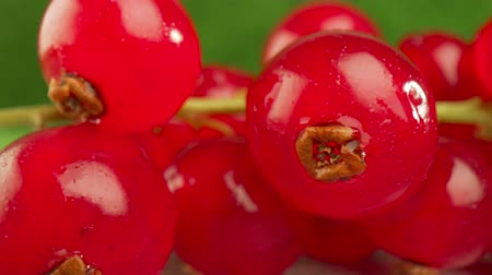 смородина : Super close macro of a redcurrants on a wooden table.