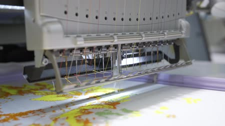 závity : Automatic industrial sewing machine for stitch by digital pattern. Modern textile industry.