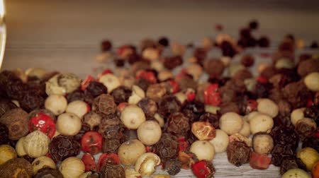 condimento : Macro close-up Mixed peppercorns. Dry mix peppercorns close up