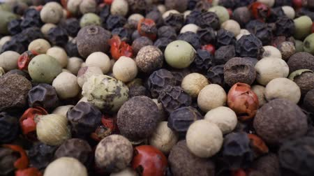 pimenta em grão : Macro close-up Mixed peppercorns. Dry mix peppercorns close up