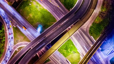 közvetlenül : Night Timelapse Aerial view of a freeway intersection traffic trails in night Moscow Stock mozgókép