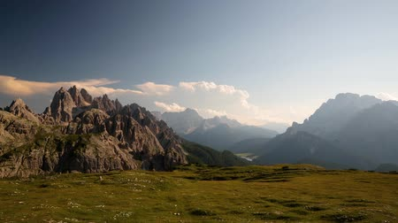 escalar montaña : Timelapse National Nature Park Tre Cime en los Alpes Dolomitas. Hermosa naturaleza de Italia. Archivo de Video