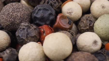 перец : Macro close-up Mixed peppercorns. Dry mix peppercorns close up