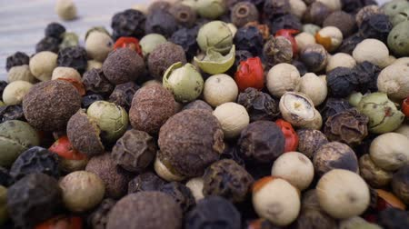derramado : Macro close-up Mixed peppercorns. Dry mix peppercorns close up