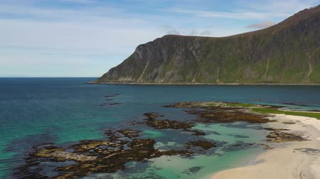 norveç : Panorama Beach Lofoten islands is an archipelago in the county of Nordland, Norway. Is known for a distinctive scenery with dramatic mountains and peaks, open sea and sheltered bays, beaches Stok Video