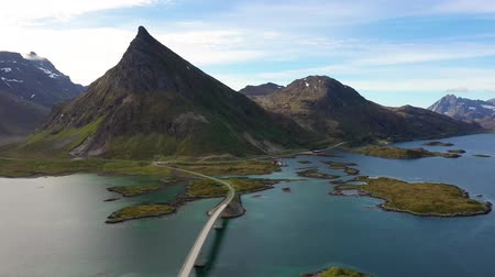 известное место : Fredvang Bridges Lofoten islands is an archipelago in the county of Nordland, Norway. Is known for a distinctive scenery with dramatic mountains and peaks, open sea and sheltered bays.