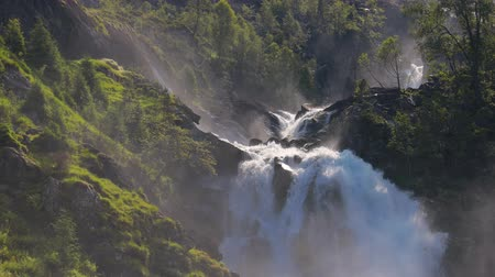 tweeling : Latefossenwaterval Odda Noorwegen. Latefoss is een krachtige, dubbele waterval. Stockvideo