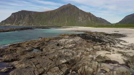 takımadalar : Panorama Beach Lofoten islands is an archipelago in the county of Nordland, Norway. Is known for a distinctive scenery with dramatic mountains and peaks, open sea and sheltered bays, beaches Stok Video