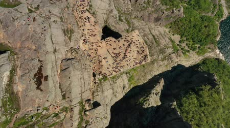 известное место : Aerial footage Preikestolen or Prekestolen, also known by the English translations of Preachers Pulpit or Pulpit Rock, is a famous tourist attraction in Forsand, Ryfylke, Norway Стоковые видеозаписи