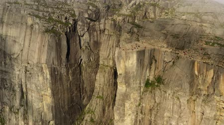 плато : Aerial footage Preikestolen or Prekestolen, also known by the English translations of Preachers Pulpit or Pulpit Rock, is a famous tourist attraction in Forsand, Ryfylke, Norway Стоковые видеозаписи