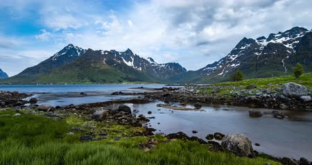 fiorde : Timelapse Panorama Lofoten is an archipelago in the county of Nordland, Norway. Is known for a distinctive scenery with dramatic mountains and peaks. Stock Footage