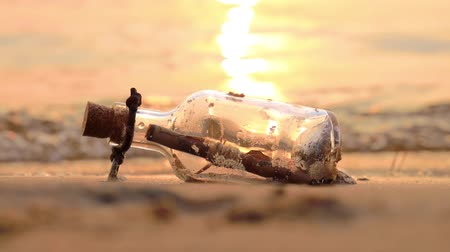 sós : Message in the bottle against the Sun setting down