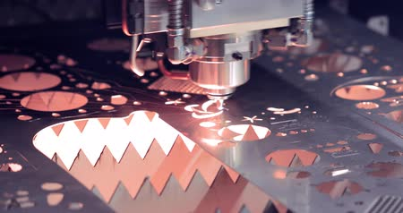 aeroespaço : CNC Laser cutting of metal modern industrial technology. Laser cutting works by directing the output of a high-power laser through optics. Laser optics and CNC computer numerical control. Stock Footage