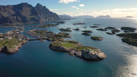 norveç : Henningsvaer Lofoten is an archipelago in the county of Nordland, Norway. Is known for a distinctive scenery with dramatic mountains and peaks, open sea and sheltered bays, beaches and untouched lands Stok Video