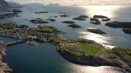 ismert : Henningsvaer Lofoten is an archipelago in the county of Nordland, Norway. Is known for a distinctive scenery with dramatic mountains and peaks, open sea and sheltered bays, beaches and untouched lands Stock mozgókép