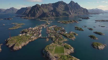 Скандинавия : Henningsvaer Lofoten is an archipelago in the county of Nordland, Norway. Is known for a distinctive scenery with dramatic mountains and peaks, open sea and sheltered bays, beaches and untouched lands Стоковые видеозаписи