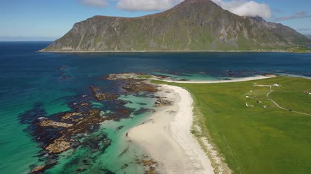 takımadalar : Beach Lofoten islands is an archipelago in the county of Nordland, Norway. Is known for a distinctive scenery with dramatic mountains and peaks, open sea and sheltered bays, beaches Stok Video