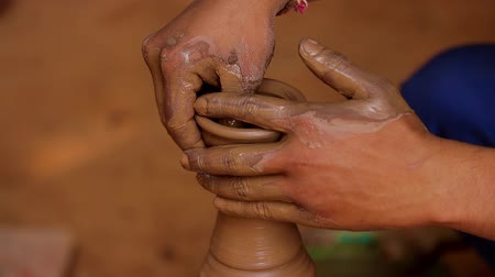esculpir : Potter at work makes ceramic dishes. India, Rajasthan.