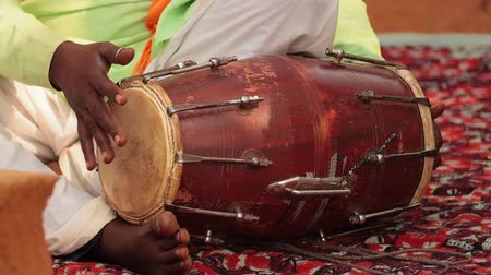 bennszülött : Rajasthan, Indian. Drummer playing traditional indian instrument in the street.