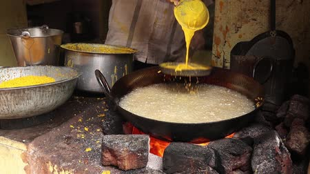 塩辛い : Indian street food. Boondi or Bundiya is an Indian dessert made from sweetened, fried chickpea flour. Being very sweet, it can only be stored for a week or so. Rajasthan state in western India. 動画素材