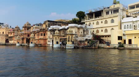 известное место : Udaipur , also known as the City of Lakes, is a city in the state of Rajasthan in India. It is the historic capital of the kingdom of Mewar in the former Rajputana Agency. Стоковые видеозаписи