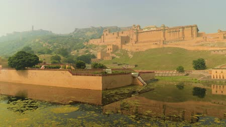 imparatorluk : Amer Fort is a fort located in Amer, Rajasthan, India. Located high on a hill, it is the principal tourist attraction in Jaipur.