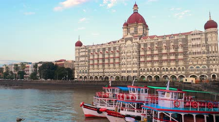 ileri : Taj Mahal Palace Hotel, is a heritage, five-star, luxury hotel built in the Saracenic Revival style in the Colaba region of Mumbai, Maharashtra, India, situated next to the Gateway of India Stok Video