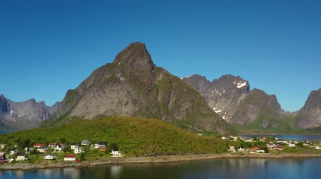 известное место : Reine Lofoten is an archipelago in the county of Nordland, Norway. Is known for a distinctive scenery with dramatic mountains and peaks, open sea and sheltered bays, beaches and untouched lands.