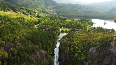 norueguês : Latefossen is one of the most visited waterfalls in Norway and is located near Skare and Odda in the region Hordaland, Norway. Consists of two separate streams flowing down from the lake Lotevatnet.