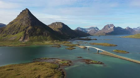 norueguês : Fredvang Bridges Lofoten islands is an archipelago in the county of Nordland, Norway. Is known for a distinctive scenery with dramatic mountains and peaks, open sea and sheltered bays.