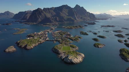 известное место : Henningsvaer Lofoten is an archipelago in the county of Nordland, Norway. Is known for a distinctive scenery with dramatic mountains and peaks, open sea and sheltered bays, beaches and untouched lands Стоковые видеозаписи