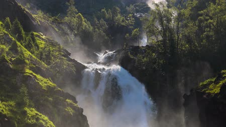 dvojčata : Latefossen is one of the most visited waterfalls in Norway and is located near Skare and Odda in the region Hordaland, Norway. Consists of two separate streams flowing down from the lake Lotevatnet.