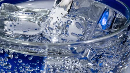 tonikum : Glass of water with ice on a dark blue background Dostupné videozáznamy