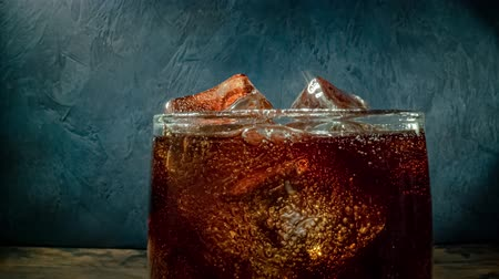 efervescente : Cola with Ice and bubbles in glass.