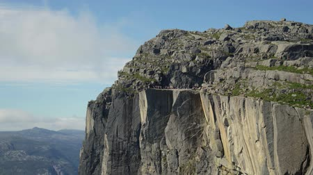 плато : Timelapse footage Preikestolen or Prekestolen, also known by the English translations of Preachers Pulpit or Pulpit Rock, is a famous tourist attraction in Forsand, Ryfylke, Norway