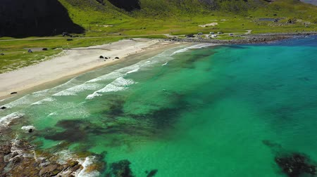 ismert : Beach Lofoten islands is an archipelago in the county of Nordland, Norway. Is known for a distinctive scenery with dramatic mountains and peaks, open sea and sheltered bays, beaches Stock mozgókép