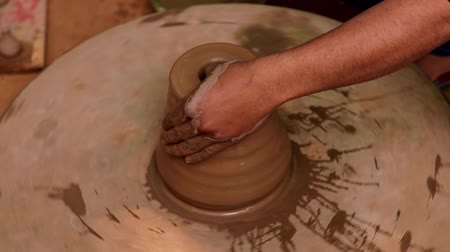 oleiro : Potter at work makes ceramic dishes. India, Rajasthan.